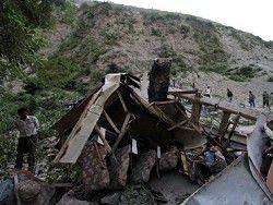 В Непале переполненный автобус упал в пропасть